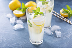 Limonade classique sur le fond bleu images libres de droits