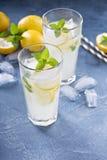 Limonade classique sur le fond bleu photo libre de droits