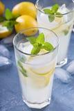 Limonade classique sur le fond bleu images stock