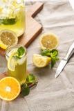 Limonade d'agrume avec des glaçons dans la tasse en verre sur le décanteur de vintage Boisson Limoncello d'été Image libre de droits