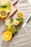 Limonade d'agrume avec des glaçons dans la tasse en verre sur le décanteur de vintage Boisson Limoncello d'été Image stock