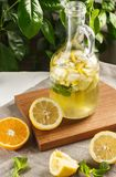 Limonade d'agrume avec des glaçons dans le graphique de vintage Boisson Limoncello d'été Photographie stock libre de droits
