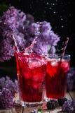 Limonade de Blackberry avec la lavande sur un fond de vintage image stock