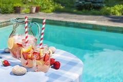 Limonade de fraise sur le côté de piscine Photographie stock libre de droits