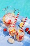 Limonade de fraise sur le côté de piscine Images libres de droits