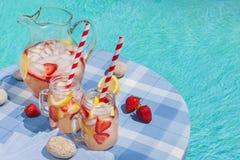 Limonade de fraise sur le côté de piscine Photographie stock