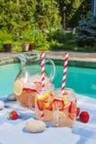 Limonade de fraise sur le côté de piscine Photos libres de droits