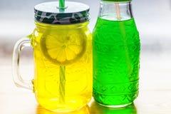 Limonade in der Glasebenenlage lizenzfreie stockbilder