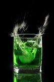 Limonade in een glas, op een zwarte achtergrond Stock Fotografie