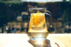Limonade in einem Glasdekantiergefäß lizenzfreie stockfotografie