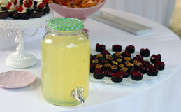 Limonade en cakes royalty-vrije stock afbeeldingen