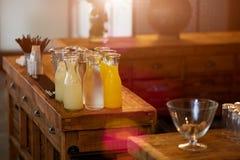 Limonade et jus d'orange sur une barre en bois dans le café Photo stock