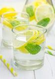 Limonade faite maison avec le citron et la menthe frais photos libres de droits