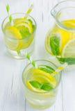 Limonade faite maison avec le citron et la menthe frais photographie stock libre de droits