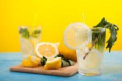 Limonade faite maison fraîche en deux verres photos libres de droits