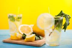 Limonade faite maison fraîche en deux verres photographie stock