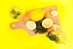 Limonade froide et savoureuse faite de citrons organiques et frais images stock