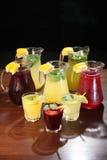 Limonade im Krug und in den Zitronen mit der Minze auf dem Tisch Innen Stockfotografie