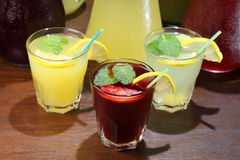 Limonade im Krug und in den Zitronen mit der Minze auf dem Tisch Innen Löschen des Dursts und Auffrischung von Getränken Lizenzfreie Stockfotografie