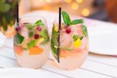 Limonade med bär i glasföremål på trätabellen på ljus suddighet Royaltyfria Bilder
