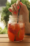 Limonade met aardbei en kalk Royalty-vrije Stock Afbeeldingen