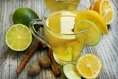 Limonade met kalk, munt en kaneel stock afbeeldingen