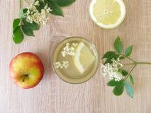 Limonade met oudere bloemen, appelsap en citroen royalty-vrije stock afbeeldingen