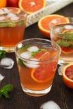 Limonade met rode sinaasappelen, verfrissende drank Stock Foto