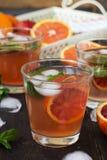 Limonade met rode sinaasappelen, verfrissende drank Royalty-vrije Stock Afbeeldingen