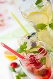 Limonade mit Beeren und Früchten Stockbilder