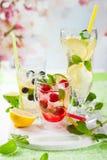 Limonade mit Beeren und Früchten Lizenzfreie Stockfotos