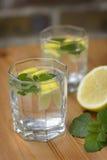 Limonade mit einer Zitrone und einer Melisse Stockfoto