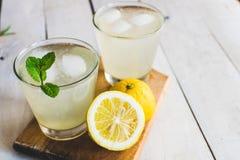 Limonade mit Eis und Minze Weißer hölzerner Hintergrund lizenzfreie stockfotos