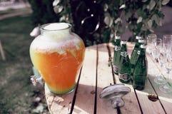 Limonade mit Gläsern auf einem Holztisch lizenzfreie stockfotos