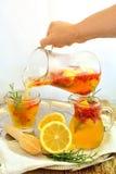 Limonade mit goji Beeren und Rosmarin Stockfotografie