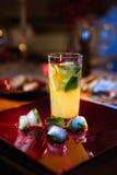 Limonade mit Minze und Eis Stockbild