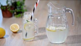Limonade of mojito de cocktail met citroen en munt, het koude verfrissen zich drinkt of drank met ijs stock video