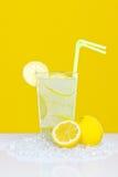 Limonade op glas gele achtergrond Stock Foto