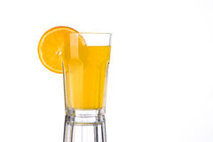 Limonade orange avec le morceau d'orange dans le verre photos libres de droits