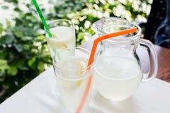 Limonade, une boisson régénératrice en verre Café de ville, fond de rue Photos libres de droits
