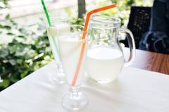 Limonade, une boisson régénératrice en verre Café de ville, fond de rue Photo stock