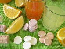 Limonadetabletten mit Vitaminen lizenzfreie stockfotos