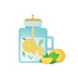 Limonata casalinga fresca in barattolo di muratore d'annata con l'arancia, il ghiaccio, la menta e la fetta arancio Fotografia Stock Libera da Diritti