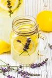 Limonata con i limoni e la lavanda fotografia stock