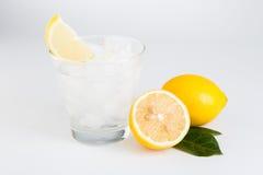Limonata con il ghiaccio fresco del limone su fondo di legno Immagine Stock Libera da Diritti