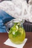 Limonata del cetriolo in lanciatore sulla tavola Fotografie Stock Libere da Diritti