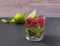 Limonata del lampone con calce e la menta in un vetro Bevanda analcolica del rinfresco del lampone Fotografia Stock