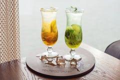 Limonata della frutta con il kiwi e la calce, arancia, mandarino Immagini Stock