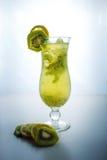 Limonata della frutta in vetro di uragano con il kiwi ed il limone Fotografia Stock