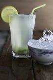 Limonata di rinfresco casalinga fresca con i cubetti di ghiaccio Fotografia Stock Libera da Diritti